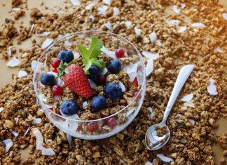 Pomysły na fit śniadania z granolą